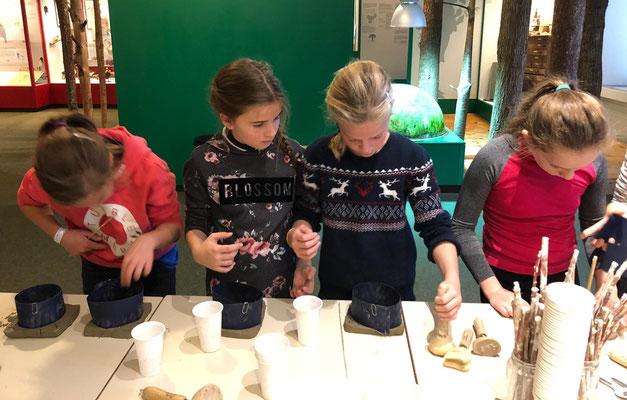 v.l. Lisa, Julia, Jael und Miriam bearbeiten Naturmaterialien.