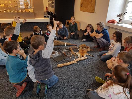 Die Schülerinnen und Schüler untersuchen verschiedene Materialien.