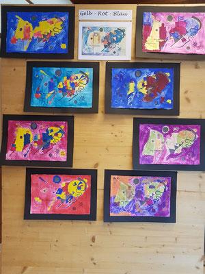 Aus Formen und Farben entsteht ein buntes Kunstwerk.