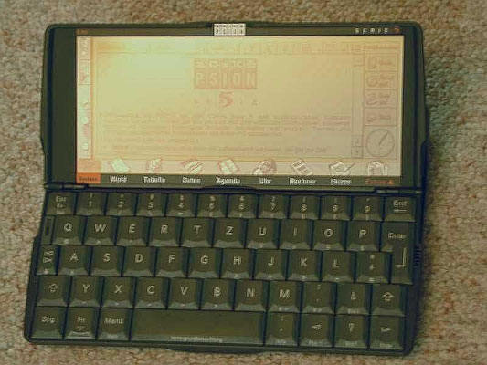 "Psion 5, <a href=""https://de.wikipedia.org/wiki/Psion#Psion_Serie_5"" target=""_blank"" >https://de.wikipedia.org/wiki/Psion#Psion_Serie_5</a>"