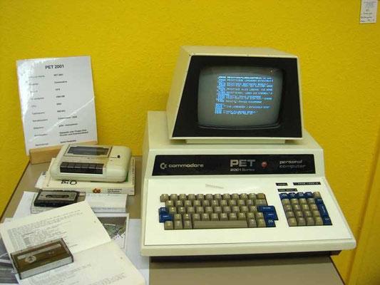 "Commodore PET 2001, <a href=""http://www.homecomputermuseum.de/comp/14_de.htm"" target=""_blank"" >http://www.homecomputermuseum.de/comp/14_de.htm</a>"