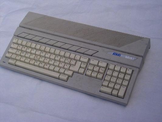 """Atari 520ST, <a href=""""https://www.homecomputermuseum.de/comp/42_de.htm"""" target=""""_blank"""" >https://www.homecomputermuseum.de/comp/42_de.htm</a>"""
