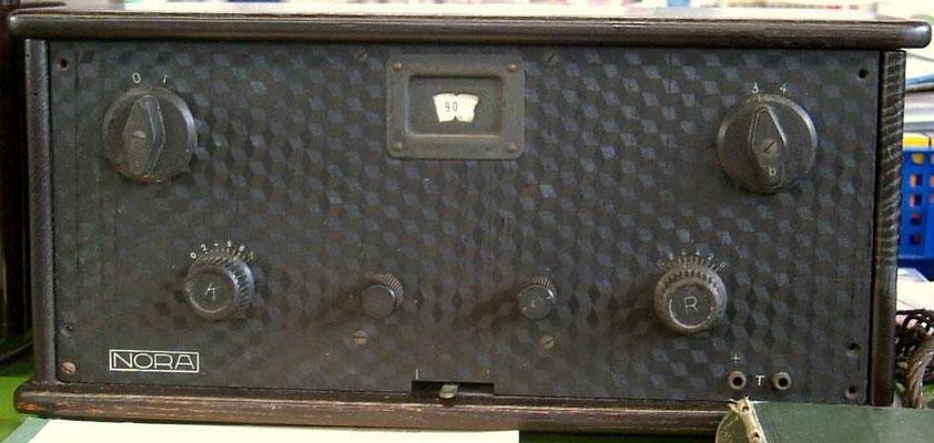 "Nora Neutrodyne P4a. <a href=""http://www.radiomuseum.org/r/nora_neutrodyne_p4a_typ_2.html"" target=""_blank"" >http://www.radiomuseum.org/r/nora_neutrodyne_p4a_typ_2.html</a>"