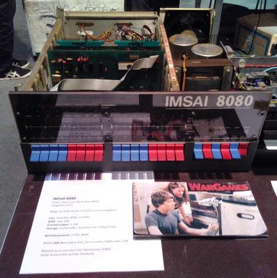 """Original, NICHT funktionstüchtiger IMSAI 8080. Auf dem Tisch ein Foto, das eine solche Maschine im Film """"WarGames"""" zeigt. <a href=""""https://de.wikipedia.org/wiki/IMSAI_8080#Trivia"""" target=""""_blank"""" >https://de.wikipedia.org/wiki/IMSAI_8080#Trivia</a>"""