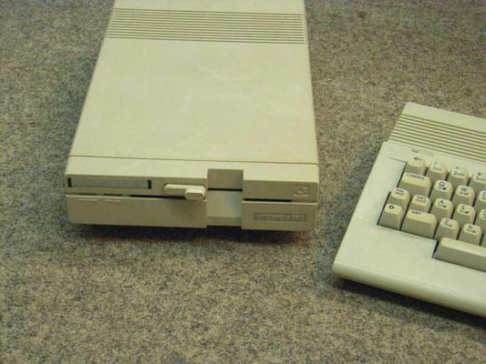 "Commodore Floppy 1571, Kat.Nr.16-11-09-c, <a href=""https://de.wikipedia.org/wiki/VC1571"" target=""_blank"" >https://de.wikipedia.org/wiki/VC1571</a>"