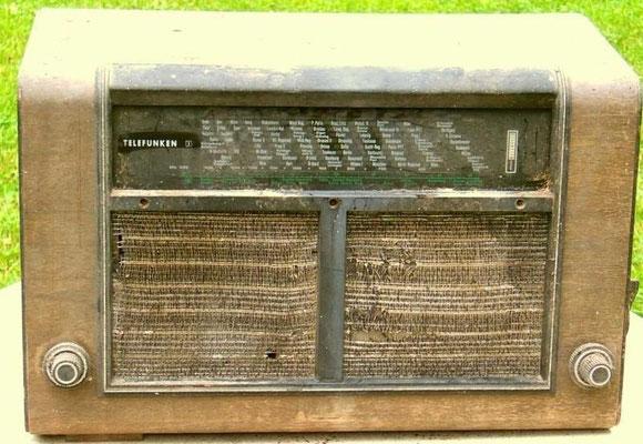 """Telefunken ZEESEN Z 875 WK.  <a href=""""http://www.radiomuseum.org/r/telefunken_zeesen_875wk.html"""" target=""""_blank"""" >http://www.radiomuseum.org/r/telefunken_zeesen_875wk.html</a>"""