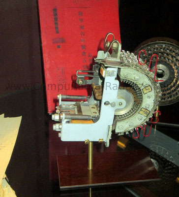 Eines der wenigen erhaltenen Original Teile einer der Colossus-Maschinen. Diese hauptsächlich aus Elektro-Röhren aufgebauten Rechner halfen, den Code der Lorenz-Maschine zu entschlüsseln, was noch komplizierter war als bei der Enigma-Maschine.