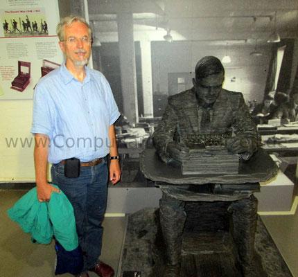 Die Skulptur von Alan Turing und ich daneben.