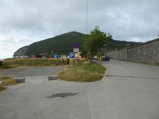 Links der Campingplatz, rechts der Knast