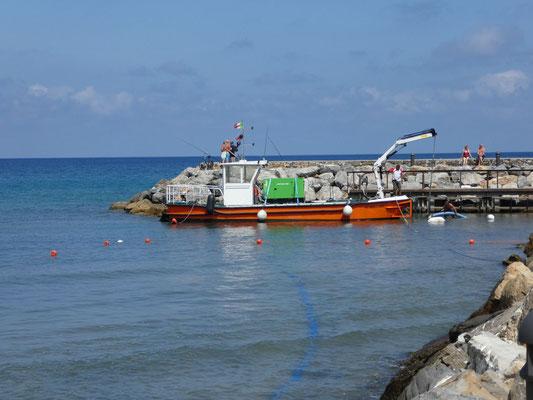 Hier wird gerade der Hafen vom Sand befreit