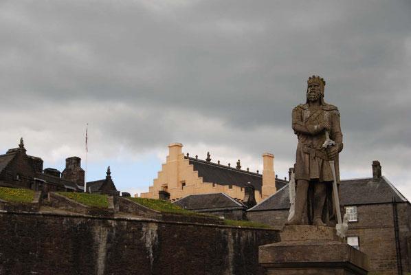 Stirling Castle mit der Statue von Robert I