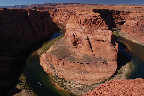Horseshoe Bend - hufeisenförmiger Mäander des Colorado Rivers (man beachte das Boot)