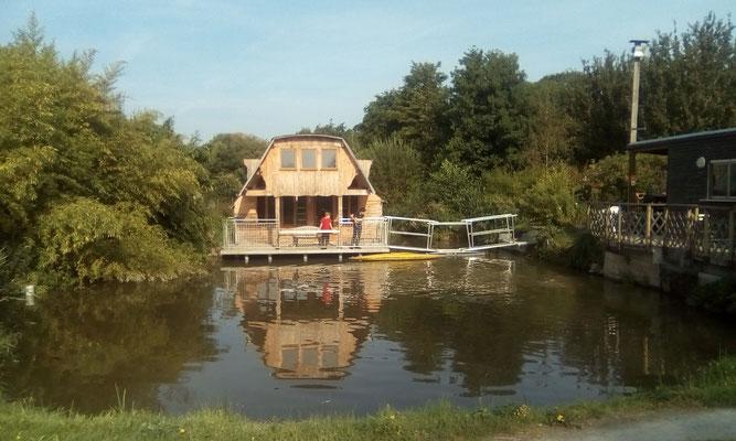 une cabane posé sur l'eau