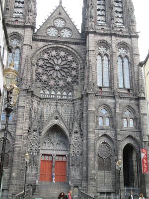 La cathedrale fut relativement épargnée lors de la Révolution... les statues ont encore leur tête !
