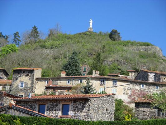 La butte d'Usson culmine à 639 mètres. Une statue de la Vierge a été érigée au sommet, avec pour mission de protéger les aviateurs.