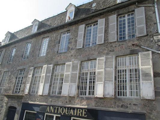 Maison de Mr de Fontanges, seigneur de Velzic, construite en 1770 avec les pierre de la porte de la ville.