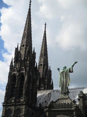 vue du dos de la statue d'Urbain II, pape de 1088 à 1099, qui prêcha a 1ère croisade en 1085
