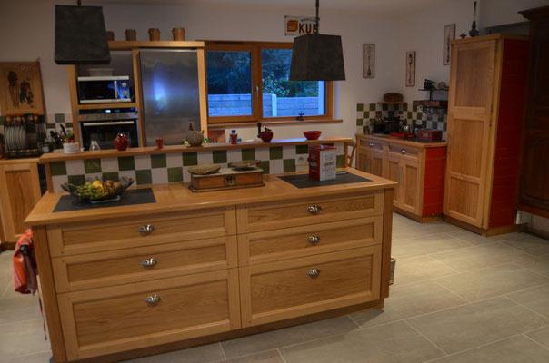 Cuisine  chêne massif porte et façade de tiroirs assemblés (finition huile naturel), inserts plan de travail en pierre de lave noir