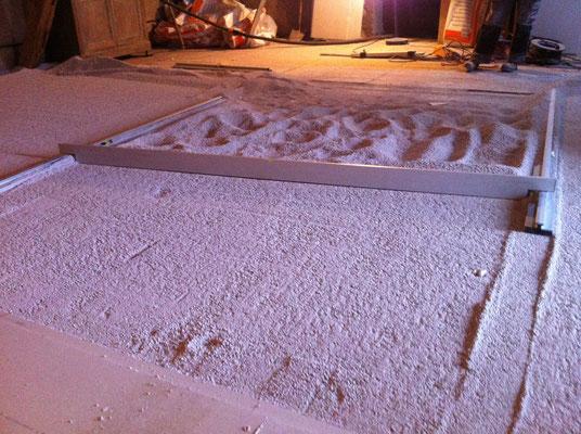 Placo sol étape 2 : pose de granulés d'égalisation isolants