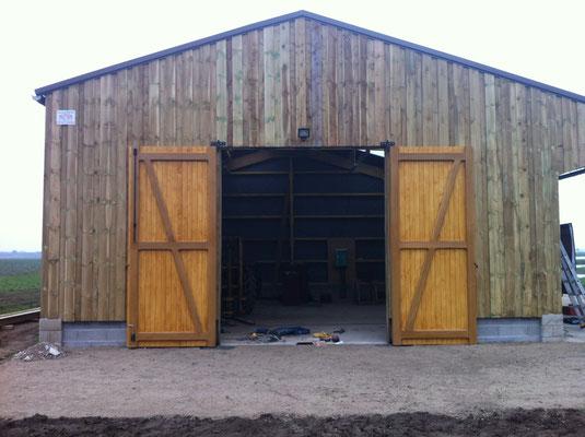 Porte de grange (hauteur 3.5m) cadre en chêne massif et lames en sapin (Ep.27mm) finition lasure chêne clair