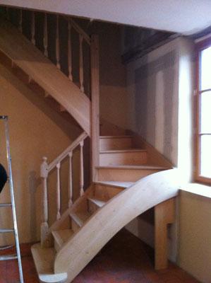 Escalier 2/4 tournant en chêne massif avec balustres tournées