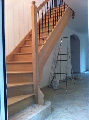 Escalier en chêne départ 1/4 tournant marche et contre marche avec balustres en fer