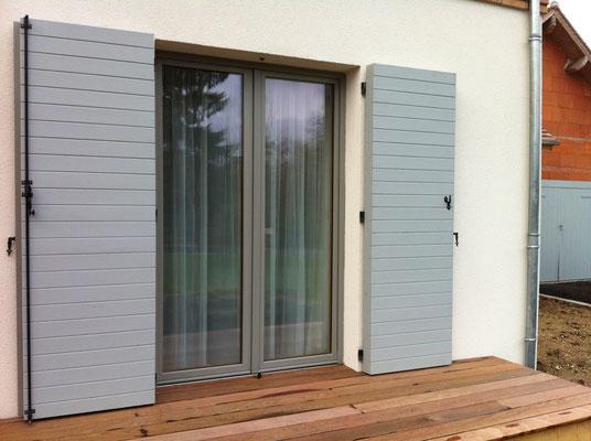 Porte fenêtre Bois intérieur/Alu gris extérieur + volets en sapin et chêne
