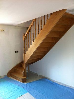 Escalier en chêne départ 1/4 tournant marche et contre marche avec balustres tournées (huilé naturel)