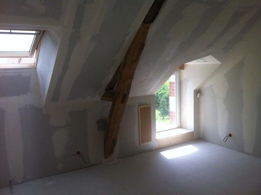 Placo terminé avec tour de fenêtre, velux et ajustement des fermes de la charpente
