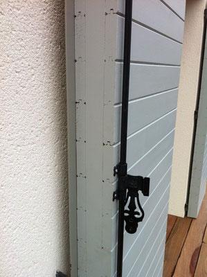 """Volets """"maison"""" composés de lames de sapin horizontales posées sur un cadre en chène 2"""