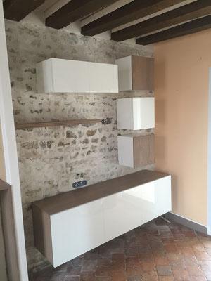 Meuble TV en panneau 3 plis chêne et aggloméré 19mm laqué blanc brillant (dessin des meubles par Jennifer ROIG architecte intérieur)
