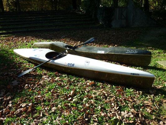 deux bateaux de descente : canoë blanc et kayak noir (HERITAGE CANOE BOIS)