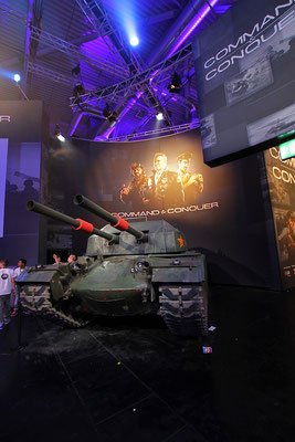 If you should ever consider to guide a tank parking, don't do it!!! EA @ gamescom with Team Sollik.