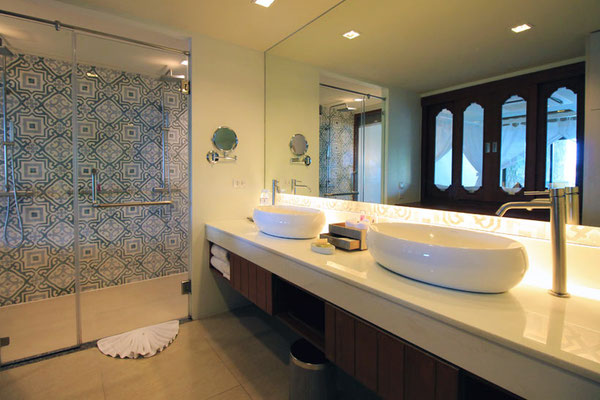 Bathroom at the U Zenmaya Phuket Resort | Travel Guide To Phuket: Things To Do in Phuket And Places To Stay | via @Just1WayTicket | Photo © Sabrina Iovino