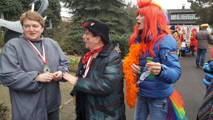 Mutter und Tochter Niederdrees Karnevalszug 2018 Spielmannszug Echo