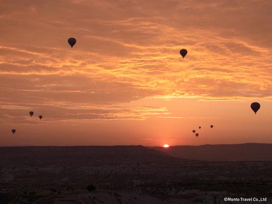 日の出と共に気球に乗れる旅がある!