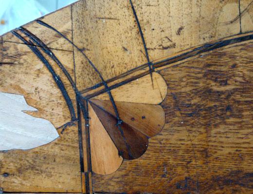 Detail einer Barocktruhe mit eingesetzter, farblich noch nicht angepasster Holzergänzung