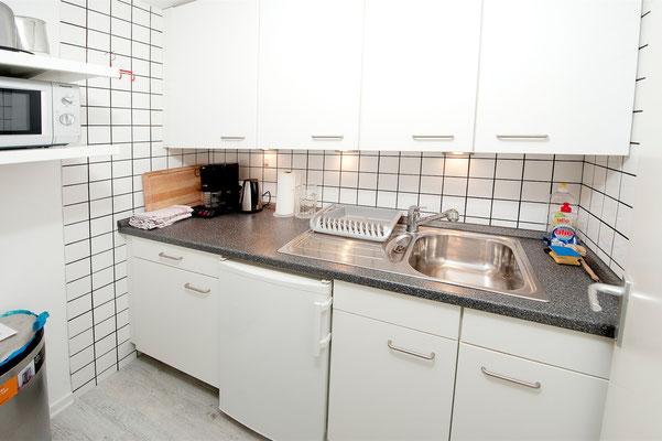 Küche mit Kühlschrank, Mikrowelle, Kaffeemaschine
