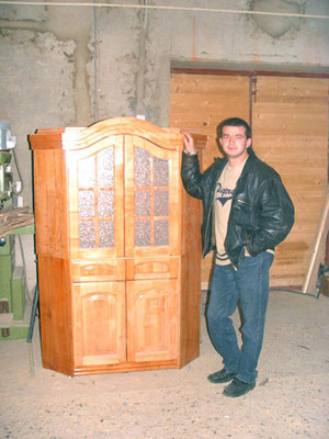 Schreiner Toni mit einem neu gefertigten Möbelstück