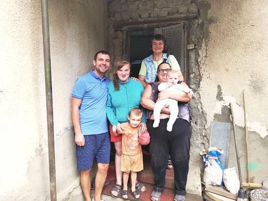 Unsere Mitarbeiter Alexander und Tanja Maria mit Ira und ihren Enkeln