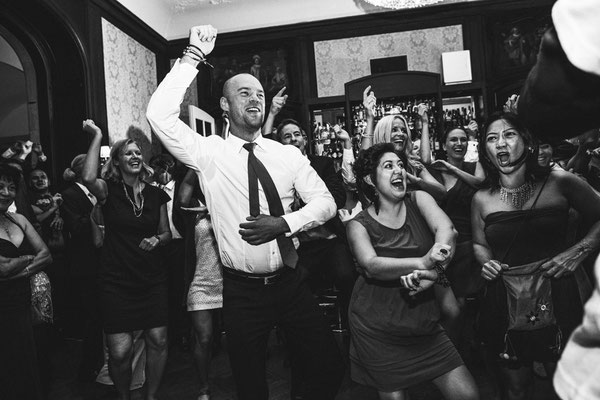 Hochzeitgesellschaft-tanzt