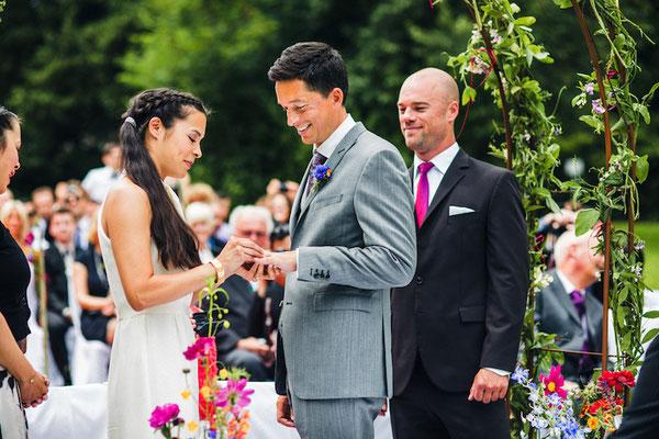 Brautpaar-tauscht-Ringe-aus