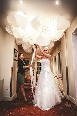 Hochzeitsplanerin-Josefine-Winkler-übergibt-Braut-Luftballons