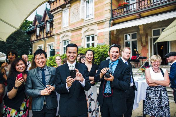 Hochzeitsgesellschaft-mit-Kameras