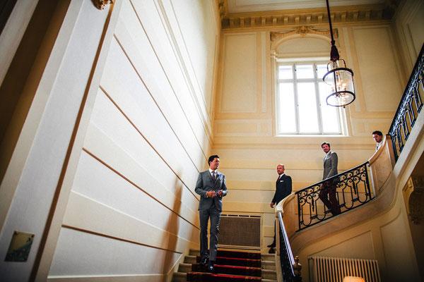 Bräutigam-und-Best-Men-gehen-Treppe-hinunter