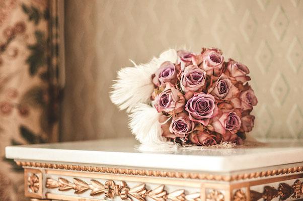 Brautstrauß-auf-Kaminsims