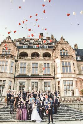 Hochzeitsgesellschaft-vor-Schlosshotel-Kronberg