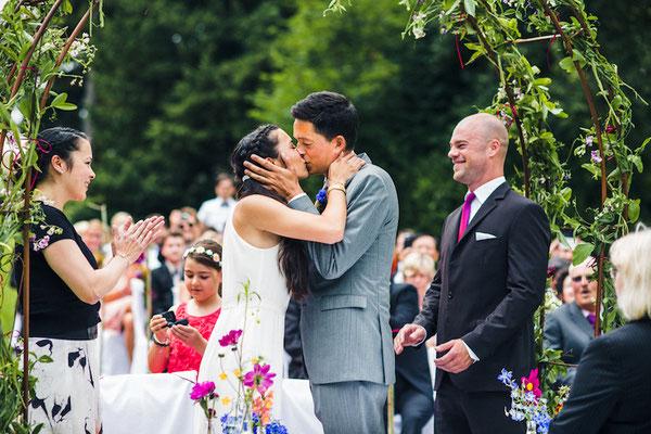 Brautpaar-unter-Rosenbogen