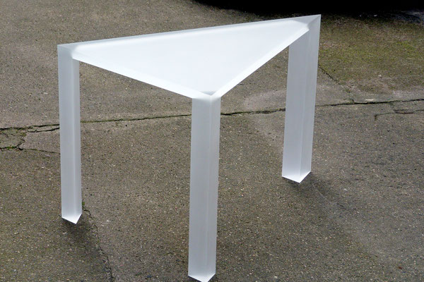tisch dreieck plexiglas acrylglas möbel