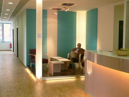 dominotisch wartebereich säule licht plexiglas acrylglas